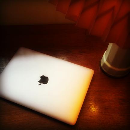 Skrivebord - skrive ved lampens varme skær